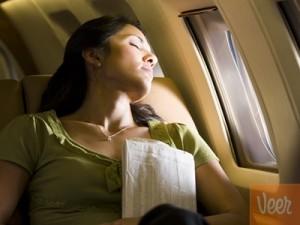 mujer durmiendo en avion