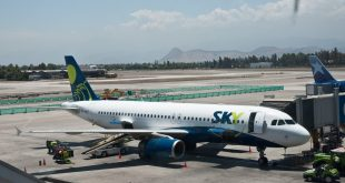 Sky_Airlines,_A320,_Santiago,_27th._Dec._2010_-_Flickr_-_PhillipC
